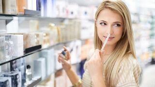 Consumidora en una perfumería