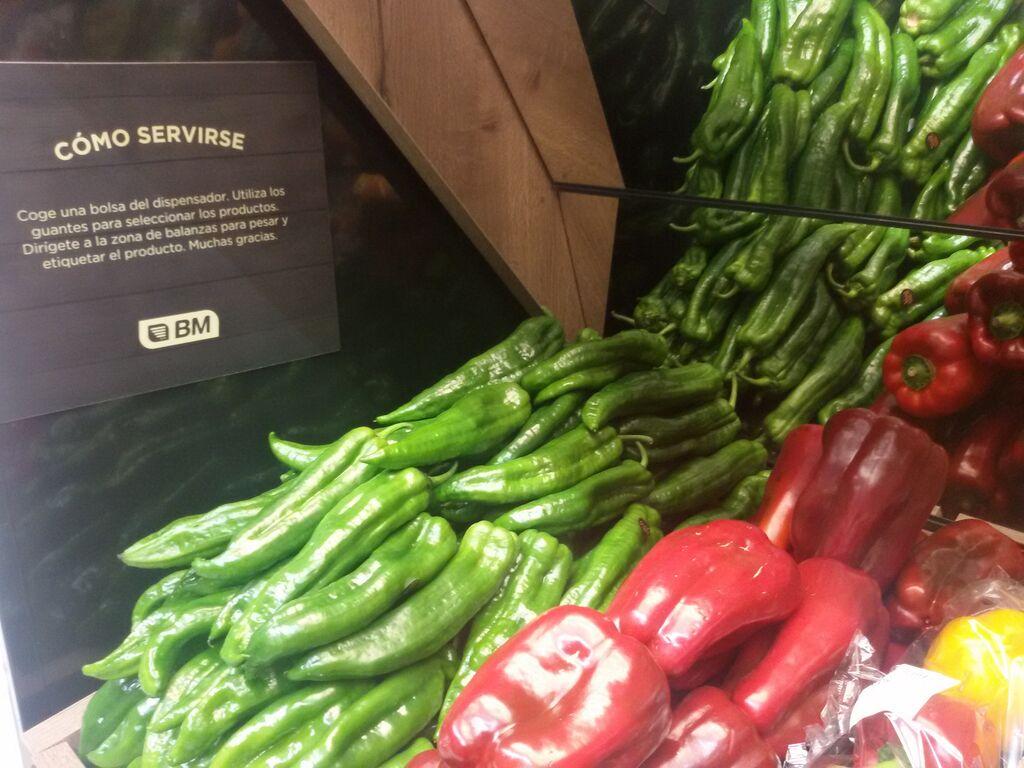 Detalle de la zona de verduras del supermercado