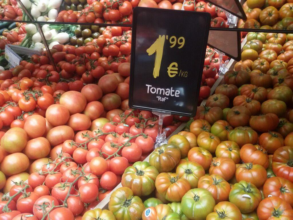 Diversas variedades de tomate a la venta en el supermercado