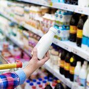 Un consumidor revisa la etiqueta de una botella de leche