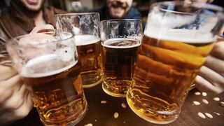 Consumidores brindando con cerveza