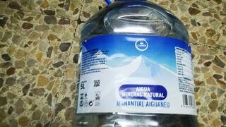 """Condis retira garrafas de agua """"con sabor a químicos"""""""