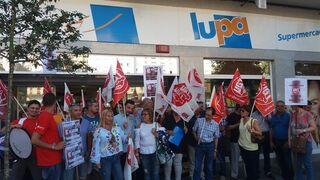 Empleados de Lupa protestan por sus cajas autocobro
