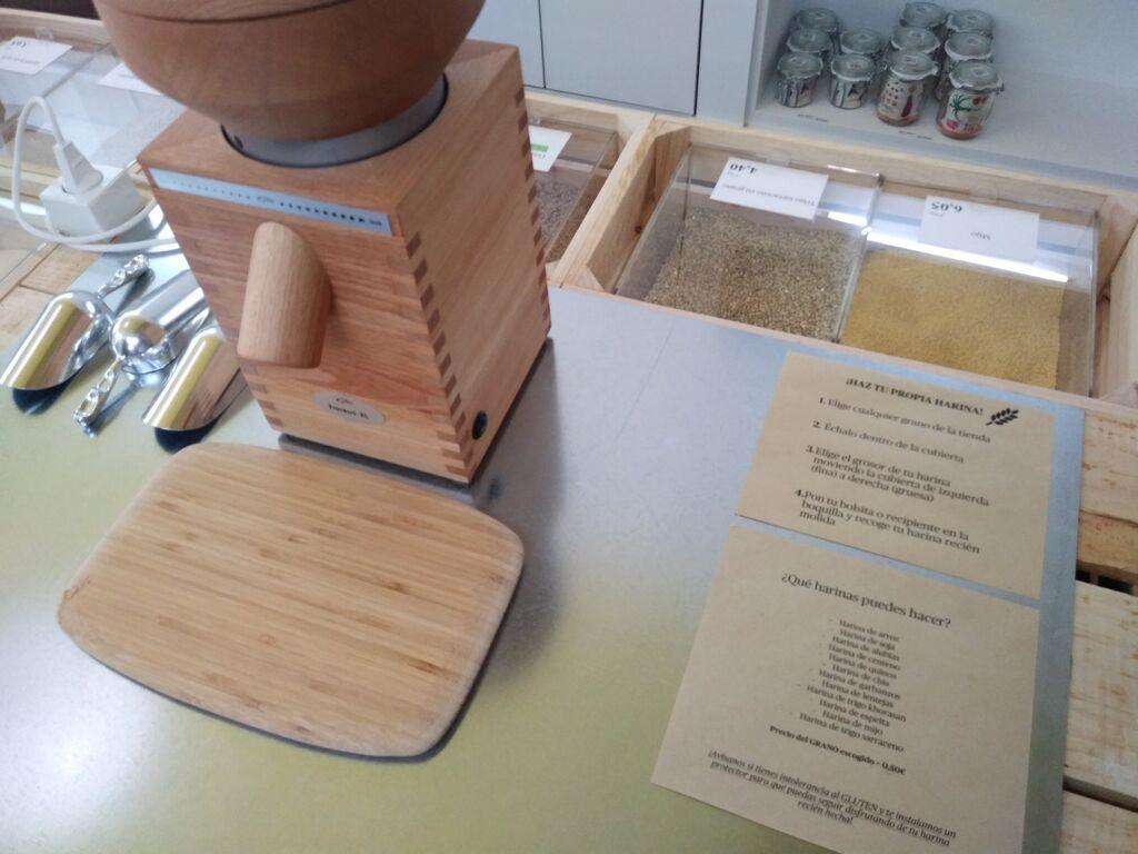 Un molinillo ayuda a preparar la harina al gusto del cliente