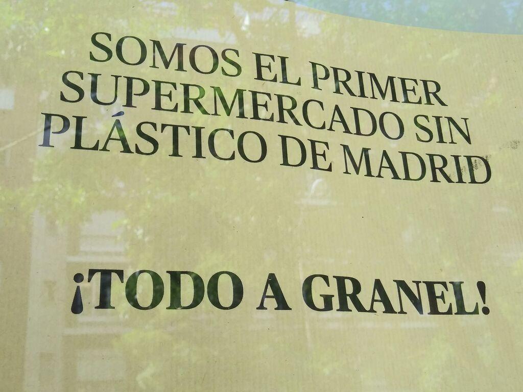 Si eres el primer supermercado de Madrid libre de plásticos, hay que destacarlo en la entrada