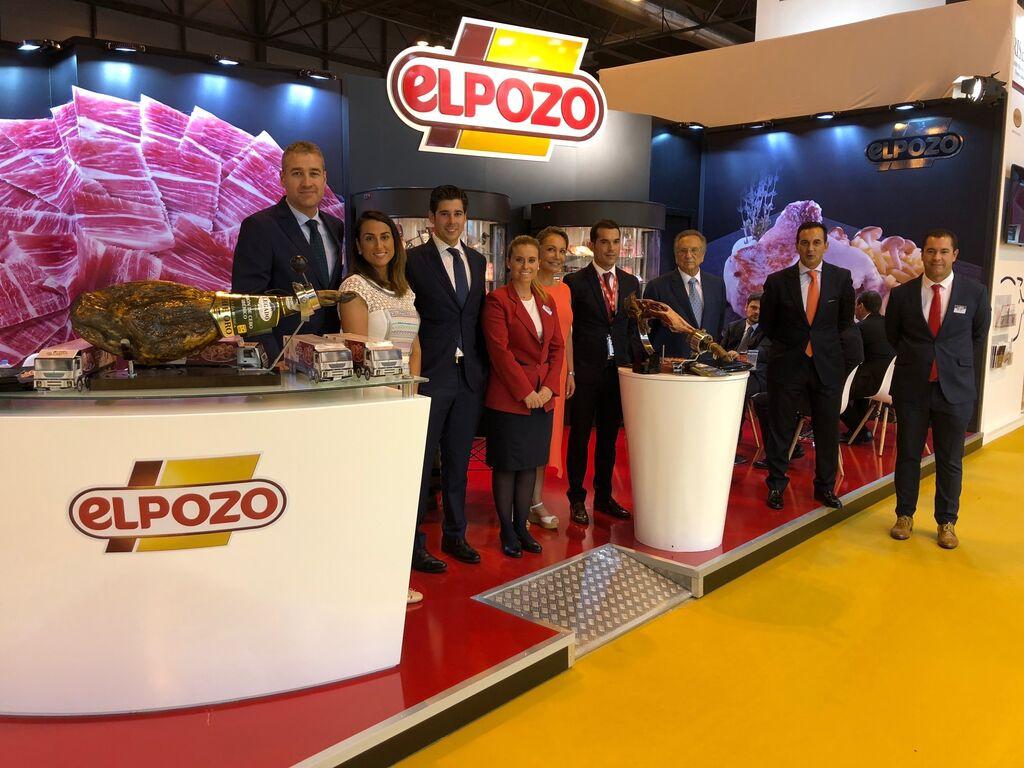 El equipo de ElPozo, liderado por su presidente, Tomás Fuertes, en el stand de la compañía en Meat Attraction 2018.