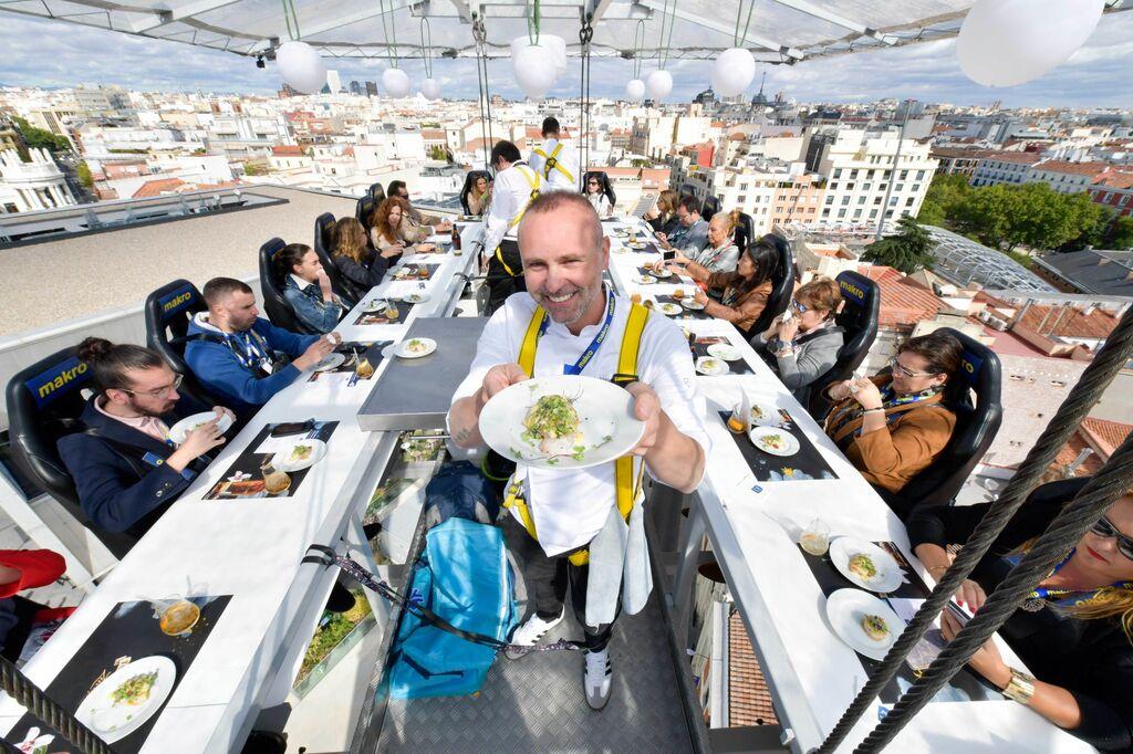 Makro ha subido un restaurante a 50 metros de altura en Madrid, en el que más de 350 comensales han disfrutado de toda una experiencia gastronómica.