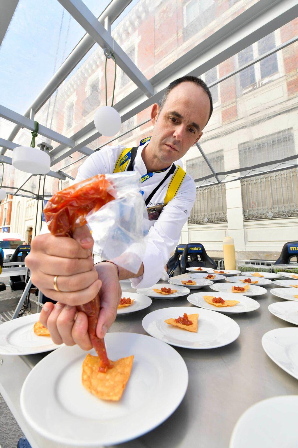 Reputados chefs como Fran Vicente, Rodrigo de la Calle, Iñigo Lavado (en la imagen) e Iván Muñoz han elaborado un menú exclusivo para la ocasión, acompañado de un cóctel creado en colaboración con Ron Zacapa.