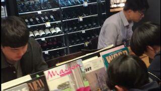 Un supermercado que se cuela entre miles de libros