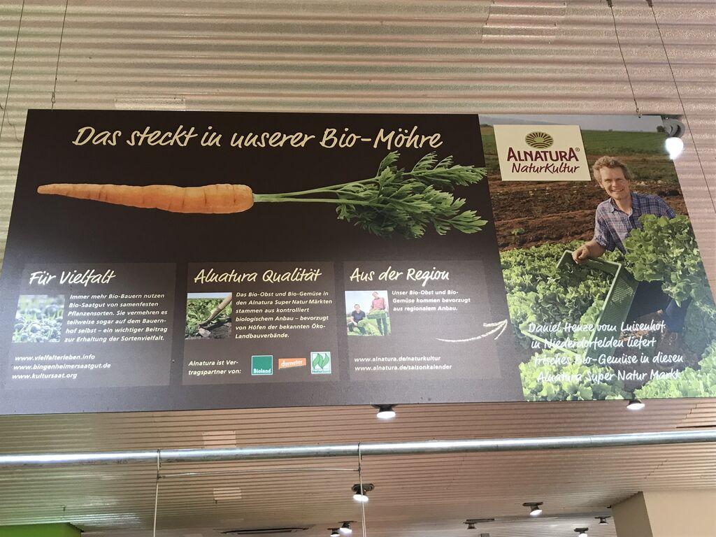 Cartel en el interior del supermercado en el que Alnatura haga gala de la diversidad de sus productos, de su calidad y de su apuesta por lo local.