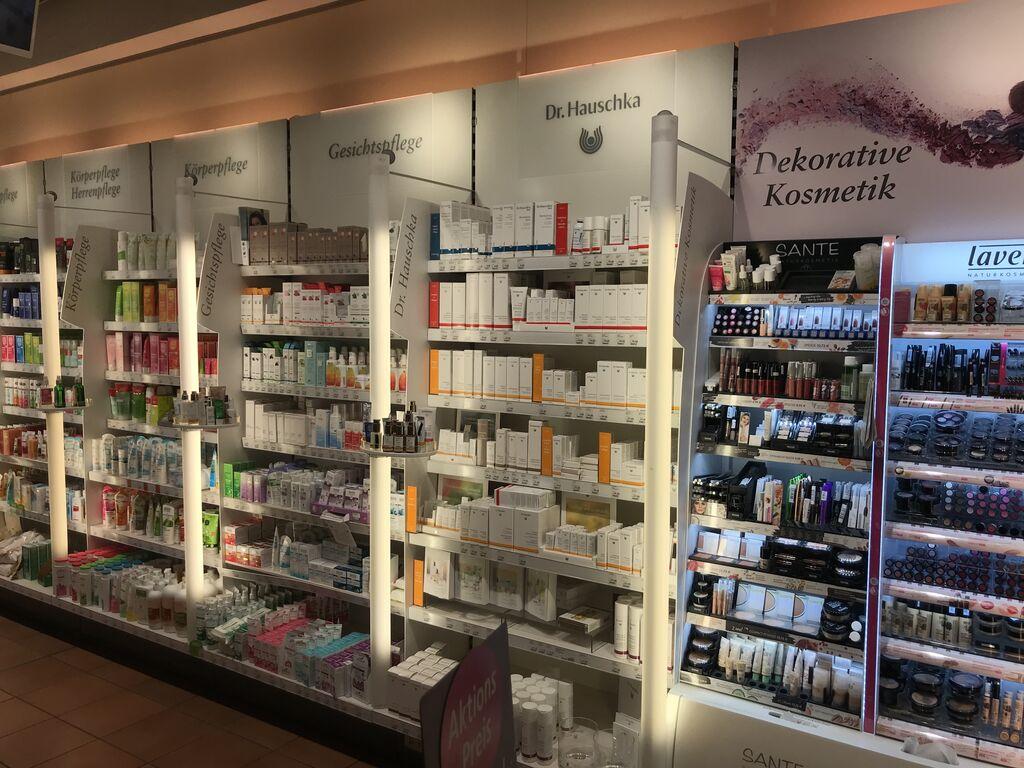 Sección de perfumería y cosmética, con gran variedad de productos