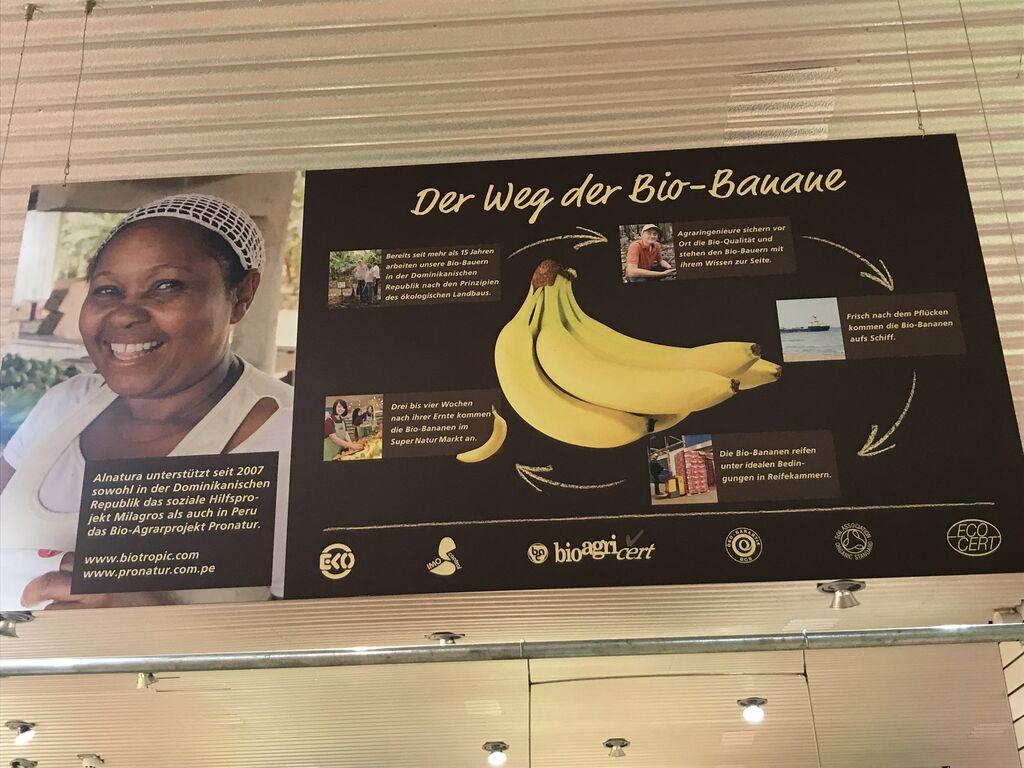 Otro cartel anuncia proyectos sociales que Alnatura lleva a cabo en el extranjero