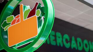 Mercadona comienza a colocar la cartelería del supermercado del Sardinero