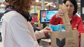 Eroski recoge el guante 'antiplástico' y presenta su nueva bolsa de papel