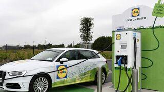 Electrolineras en el súper: Lidl se lanza a por el consumidor sostenible