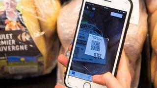 Un cliente lee el código QR de un producto Carrefour