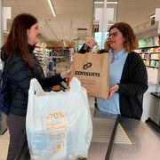 Consum empieza a desterrar el plástico de sus supermercados