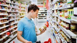 Un consumidor lee la etiqueta de un envasado