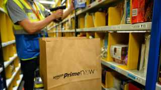 Trabajador en un almacen de Amazon