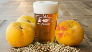 Cruzcampo presenta su cerveza de verano con melocotón