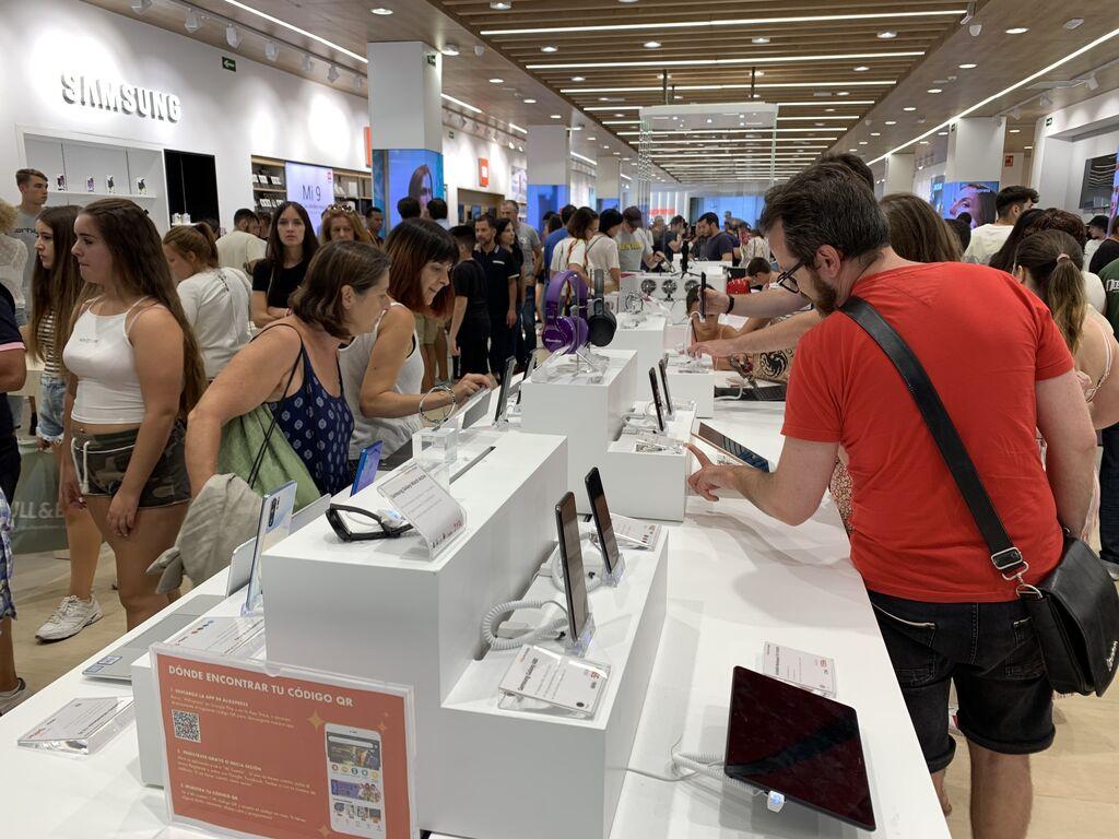 Vemos muchos móviles en la entrada (iPhone, Samsung... y marcas chinas)