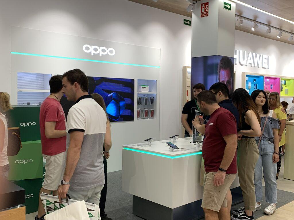 Mucho público interesado en móviles de nueva generación