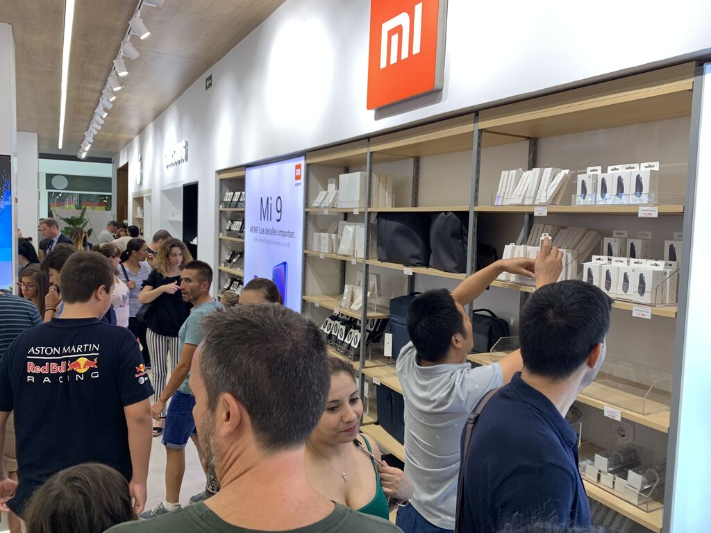 Estantes repletos de productos tecnológicos. Como una Apple Store pero multimarca.