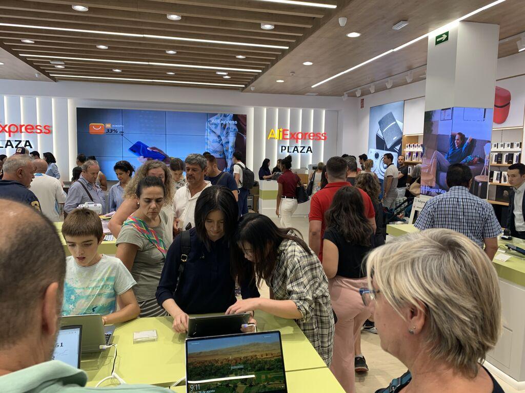 Visitantes viendo la zona de ordenadores portátiles.