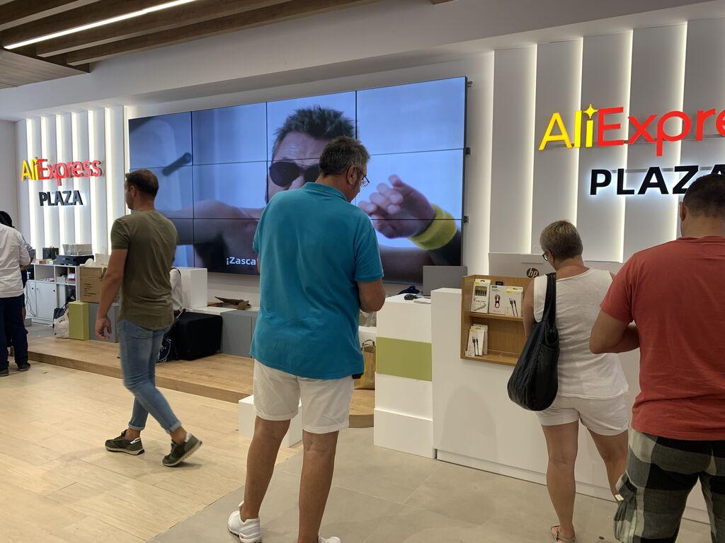 Gran muro audiovisual con spots de AliExpress