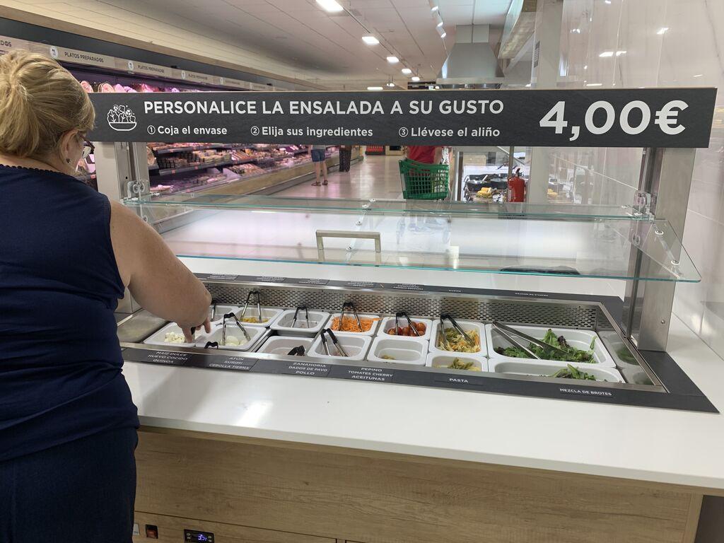 Zona de ensaladas personalizables por 4 euros en régimen de autoservicio