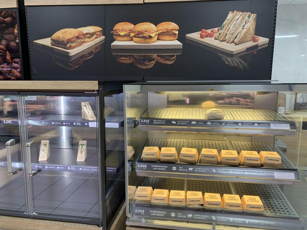 A la hora del cierre, como es lógico, apenas quedan sandwiches y hamburguesas