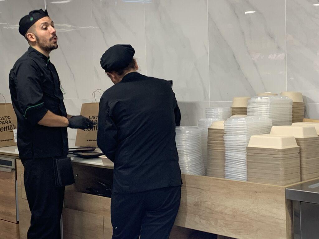 Los envases marrones son de caña de azúcar y se pueden emplear en el microondas