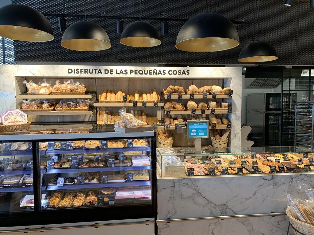 La panadería, con el 90% de los panes elaborados con masa madre. Nos llama la atención la iluminación, con lámparas  elegantes en colores gris oscuro y dorado.