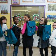 Nestlé dona mochilas fabricadas con botellas de plástico recicladas