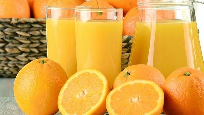 La OCU desmonta el mito: las vitaminas no se 'escapan' del zumo de naranja