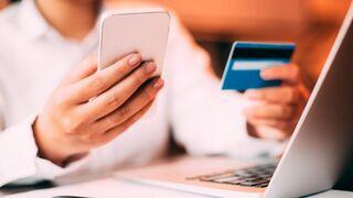 Consumidora comprando por Internet