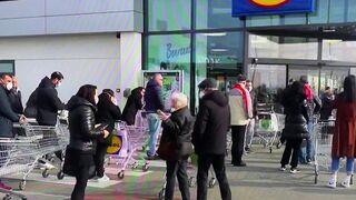 Colas y desabastecimiento en los supermercados italianos por el coronavirus