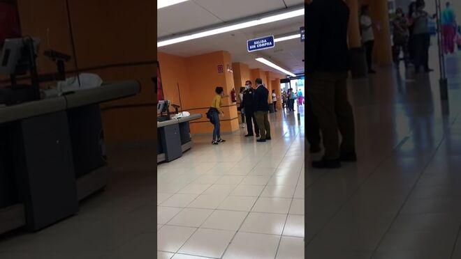 Una mujer agrede a empleados de Mercadona y se desnuda fingiendo una agresión
