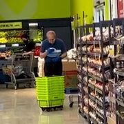 Sorprendido un empleado de un súper en Toronto limpiando las cestas con saliva