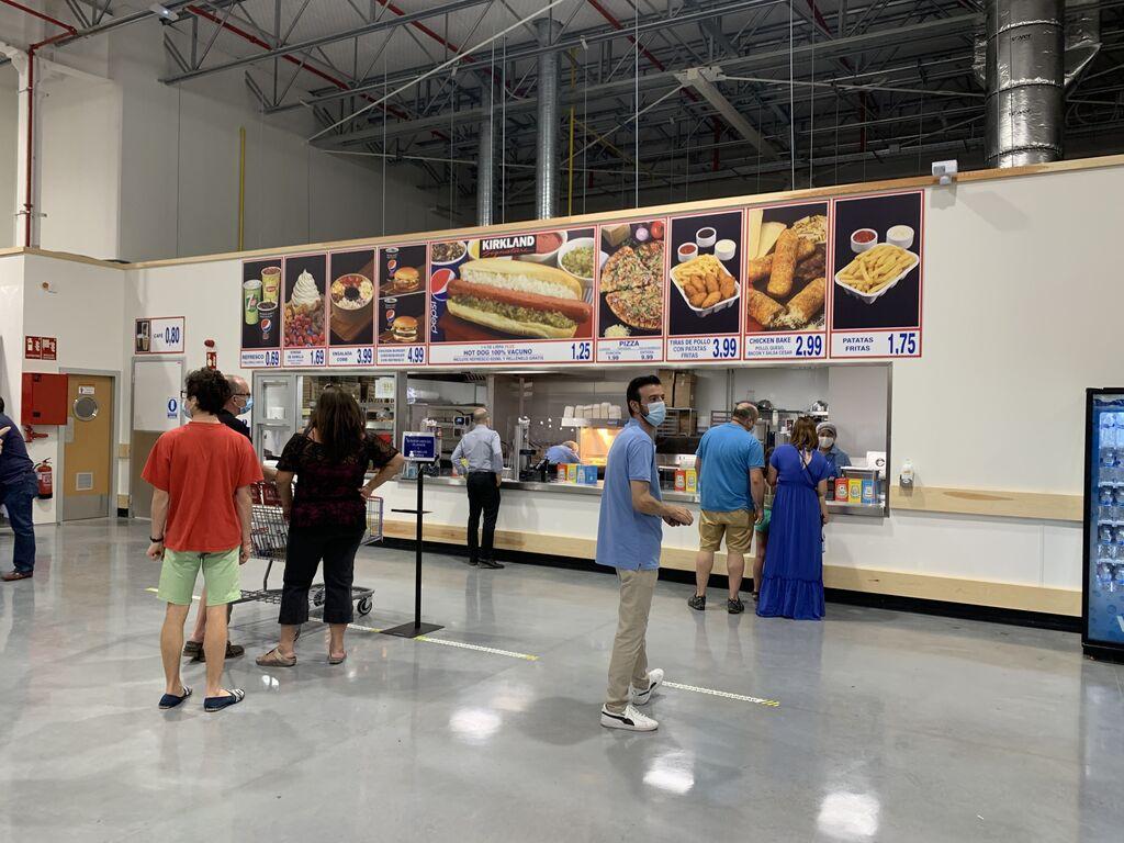 Como otras tiendas Costco, incluye un área de comida rápida con bajos precios.