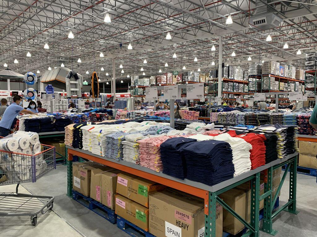 Área textil en Costco Las Rozas. La exposición del producto es muy básica.