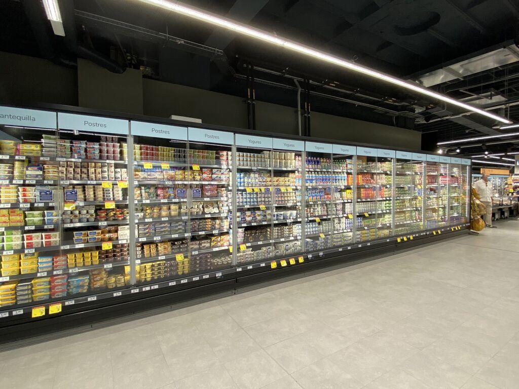 Amplia oferta de postres y yogures bien refrigerados (con puerta)