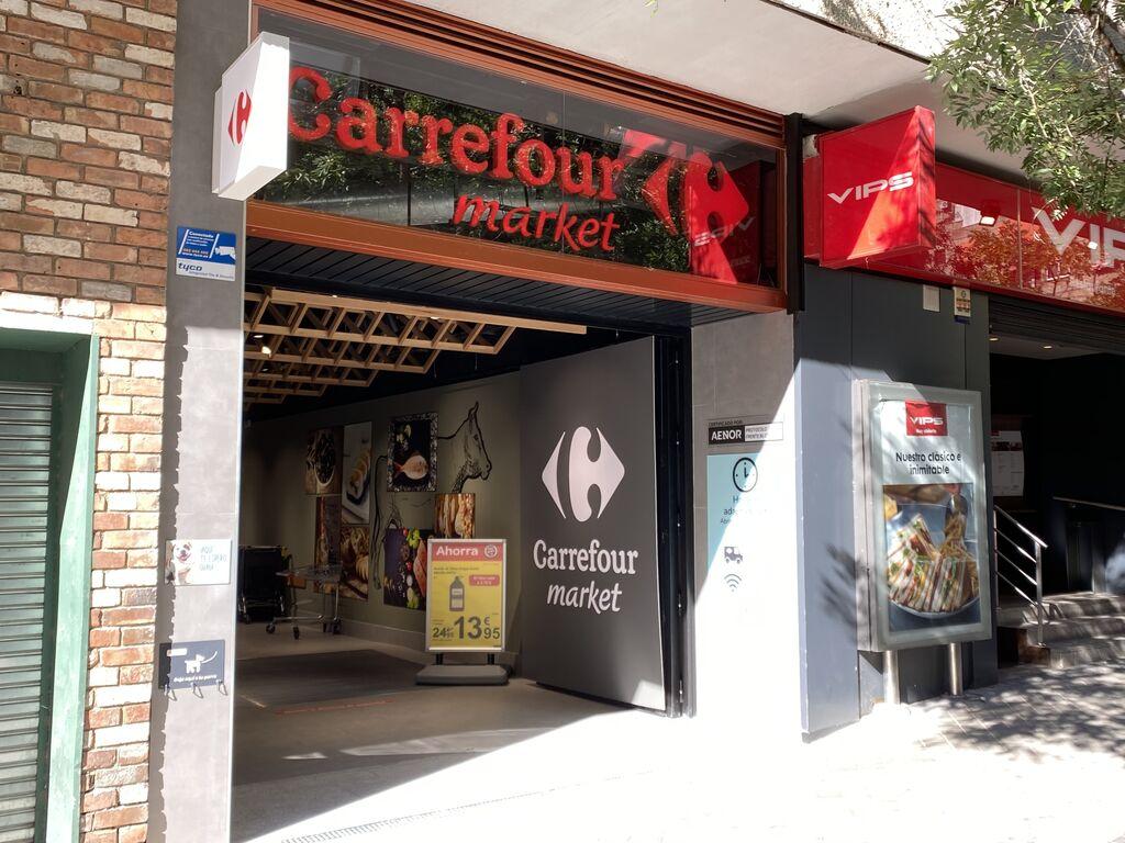 La nueva fachada del Carrefour Market de la calle Julián Romea 4 de Madrid (ex Supersol)