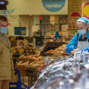 Caprabo baja a 0,30 céntimos el precio de las mascarillas higiénicas de un solo uso