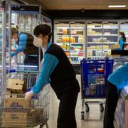 Distribución y alimentación aguantan la caída del empleo en Navidad