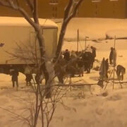 Una multitud asalta y saquea un camión de alimentos en plena nevada