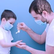 Geles hidroalcohólicos: la OCU advierte de riesgos de lesiones en niños
