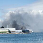 Un incendio calcina las instalaciones de la conservera Jealsa en Boiro (Coruña)