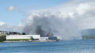 Un incendio calcina 11.000 metros de las instalaciones de la conservera Jealsa en Boiro (Coruña)