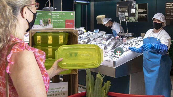 Eroski lucha contra el plástico con el reparto de 600 táperes